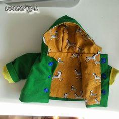 Hier kan je het patroontje downloaden voor dit jasje. Als je mijn patroontje gebruikt zou het fijn zijn als je de bron erbij ver... Sewing Doll Clothes, Sewing Dolls, Diy Clothes, Preemie Clothes, Baby Kids Clothes, Sewing Projects For Kids, Sewing For Kids, Sewing Ideas, Doll Patterns