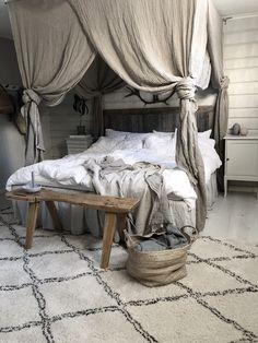 dormitorio rústico, cama con dosel de tela en fibras naturales