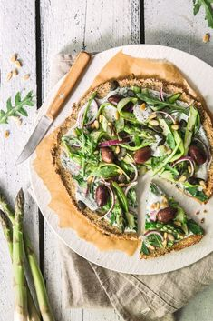 Healthy quinoa pizza with green asparagus Quinoa, Vegan Baking, Vegetable Pizza, Hummus, Pesto, Asparagus, A Food, Low Carb, Vegan Pizza
