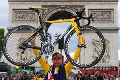 2011 24/7 rit 21 Paris/Champs-Élysées > Cadel Evans alza la sua bicicletta davanti all'Arc de Triomphe dopo aver vinto Le Tour 2011