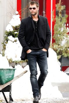 Chris hemsworth is a pure gem. Chris Hemsworth Shirtless, Liam Hemsworth, Snowwhite And The Huntsman, Hemsworth Brothers, Marvel Actors, Hot Actors, Raining Men, Sexy Men, Hot Guys