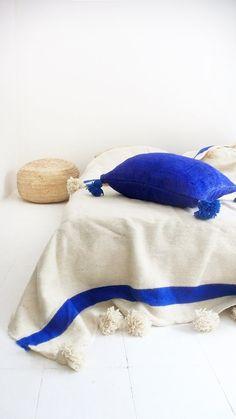 Moroccan POM POM Wool Blanket Ecru and Blue bands por lacasadecoto