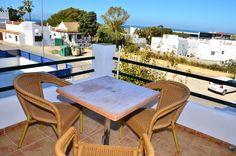 Apartamento con vistas a la playa de la Fontanilla, Conil. 1 dormitorio y sofá cama, aire acondicionado y terraza equipada para desayunar con el mar de fondo.  http://www.masapartamentosconil.es/property/apartamento-vista-playa-de-la-fontanilla/