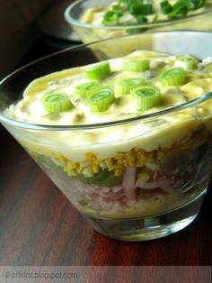 Néhány évvel ezelőtt ettem egy hasonló salátát egy ismerősünknél. Azóta többször elkészítettem, más és más kombinációkban. Készítettem már kukoricával, lila hagymával és sajtosan is. Ízlés szerint érdemes összeválogatni az összetevőket, nagyon finom laktató saláta lesz belőle. Réteges tojássaláta Hozzávalók: 4 darab főtt tojás, 15 dkg pulykasonka, 3 szál zöldhagyma, 2-3 ecetes uborka, 1 tojásból… Healthy Cooking, Cooking Recipes, Arancini, Hungarian Recipes, Nutella, Salad Recipes, Salads, Food And Drink, Favorite Recipes
