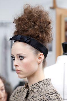Focus sur le look beauté impérial du défilé Chanel haute couture