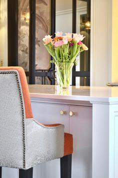 Antikke speilglass, detaljer i messing, nikkel og stål mot klassisk hvit farge og komfyr fra Lacanche på hele 180cm. Hvit Silestone benkeplate, vask og armatur fra Tapwell og kjelekran fra Kohler. Håndtak og knotter i polert messing.Utsøkt design av Gustavian AS og gjennomtenkte løsninger laget av Bokhyllespesialisten Wingback Chair, Accent Chairs, Furniture, Home Decor, Upholstered Chairs, Decoration Home, Room Decor, Wing Chairs, Wingback Chairs