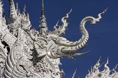 Wat Rong Khun (Thai: วัดร่องขุ่น) is a contemporary unconventional Buddhist and Hindu temple in Chiang Rai, Thailand. Hindu Temple, Buddhist Temple, White Temple Thailand, Bangkok, Chiang Rai Thailand, Buddha, Thai Art, National Art, Beautiful Buildings