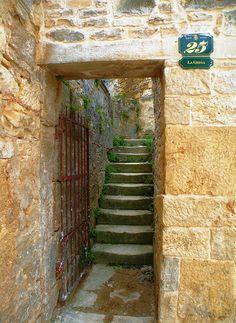 Antigas escadas na Croácia.  Fotografia: nishe7 no Flickr.