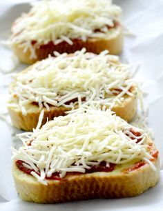 Thick sliced bread, canned tomato sauce, and mozzarella go a long way. You can spice these mini DIY pizzas up with any other ingredients in your fridge. Texas Toast Garlic Bread, Garlic Bread Pizza, Oven Recipes, Cooking Recipes, Pizza Recipes, Drink Recipes, Chicken Recipes, Recipies, Dinner Recipes
