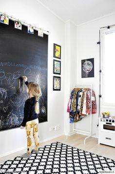 lastehuone,liitutaulu,liitutaulumaali,vaaterekki,vaatesäilytys,matto,lastenhuoneen matto,mustavalkoinen,graafinen,moderni,printit,taulut,valokuvat