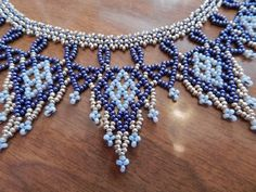 Hecho a mano con cuentas collar. Abalorios de plata, azules y azules cielo. Estilo red. 15 largo en la presilla superior, cubre muy bien.