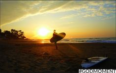 Een golfje pakken tijdens zonsondergang! Supermooi, supervet en superchill. #Godmoment