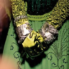 Looking at some of the Gucci Jewelry in the Gucci Fall Winter 2019 fashion show by Alessandro Michele. Gucci Fashion, Bold Fashion, Green Fashion, Fashion Show, Gucci Jewelry, Vogue Us, Alessandro Michele, Gold Work, Couture
