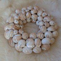 Prachtige schelpenkrans 'mattukan' met beige en ivoorkleurige ronde schelpen. ca. 25cm doorsnede.