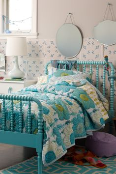 Inspiration for Ro's Jenny Lind bed - teal with dark blue walls and vintage accessories Diy Furniture Projects, Recycled Furniture, Guest Bedrooms, Girls Bedroom, Spool Bed, Jenny Lind Bed, E Room, Linen Bedroom, Little Girl Rooms
