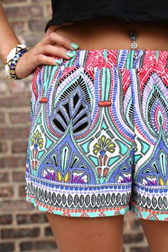 These loose printed shorts are so cute! Love the matching pastel manicure and jewelry <3