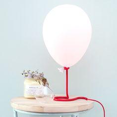 Lampe en forme de ballon qui change de couleurs par Paladone. Un object déco ludique et léger pour une ambiance colorée et fun.