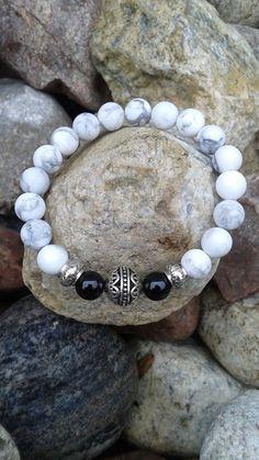 Bracelet howlite et onyx de la boutique dBrobijoux sur Etsy