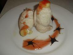 """""""Rollitos de pollo campero rellenos de jamón ibérico y queso brie"""" . Por Jose Francisco Curto, de Tortosa. Elaborado con Pechuga de pollo fileteada, jamón serrano, queso brie, mermelada de tomate y reducción de vinagre de modena."""