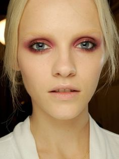 Bleached Brows + Smokey Shadow - this look shows just how amazing you can look without eyebrows x Catwalk Makeup, Eye Makeup, Makeup Art, Hair Makeup, New Makeup Trends, Beauty Trends, Beauty Hacks, Pastell Make-up, Bleached Eyebrows