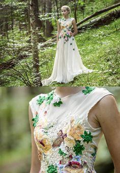 Midsummer's night dream? Fully lined. Back zipper closure 100% polyester SIZE 34-36EU in cm  Bust 78-83  Waist 59-65    in inch  Bust 31-33  Waist 23,5-25,5    Skirt