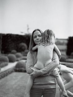 One of our favourite pictures. Motherhood through the eyes of Mario Testino. Stella McCartney and daughter. Family Shoot, A Well Traveled Woman, Stella Mccartney Kids, Paul Mccartney, Mother And Father, Children And Family, Mothers Love, Mommy And Me, Foto E Video