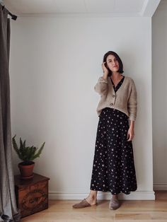 Making ethical fashion affordable. 7 completely thrifted, recycled, vintage or secondhand outfits to make your fall stylish & cozy. Mode Outfits, Skirt Outfits, Casual Outfits, Fashion Outfits, Modest Winter Outfits, Thrift Store Fashion, Thrift Store Outfits, Thrift Clothes, Slow Fashion