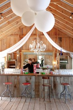 barn bar with large balloons | Leslee Mitchell #wedding