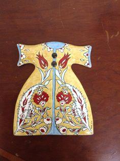 Sibel Şahin çini kaftan Ottoman, Turkish Art, Old Art, Art Decor, Tiles, Pottery, Projects To Try, Crystals, Handmade
