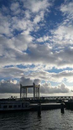 Wolken op de.brug