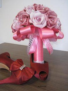 Lindo Bouquê produzido com rosas super delicadas de e.v.a. em três tons de rosa, pétalas fininhas como uma pétala de rosa natural, aparência e textura super próximas às rosas naturais! <br> <br>Detalhes do Buquê: <br>*Aproximadamente 32 rosas <br>* Tule na base do buquê <br>* Fitas de cetim envolvendo a haste <br>* Laço duplo de cetim e com fita trabalhada super delicada. <br>* Strass no cabo. <br> <br>Os Buquês são personalizados conforme a sua escolha!