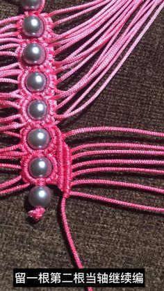 粉蝶戏珠小教程 第12步 Beaded Necklace Patterns, Friendship Bracelets, Jewelry, Ideas, Yarn Crafts, Necklaces, Hands, Magic, Bricolage