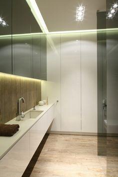 Łazienka z dużą szafą do sufitu otwierana bezuchwytowo. Projekt: Dominik Respondek. Fot. Bartosz Jarosz.