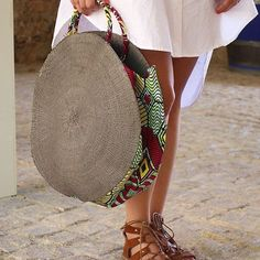 Tendance Sac 2018 : Description A bit big. try a smaller circle. -… Tendance Sac 2018 : Description A bit big try a smaller circle – madametn/… - Woman Accessories Diy Fashion, Fashion Bags, My Bags, Purses And Bags, African Accessories, Mode Blog, Bags 2017, Round Bag, Round Basket