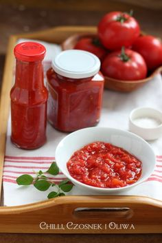 Passata di pomodoro in 4 easy steps Chilli, Vegetable Dishes, Hot Sauce Bottles, Health And Nutrition, Preserves, Natural Health, Vegan Recipes, Frozen, Food And Drink