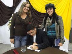 #MatheusLCarvalho autografando seu #livro #OValeDosLobos para suas amigas Cristiane e Hadiya.