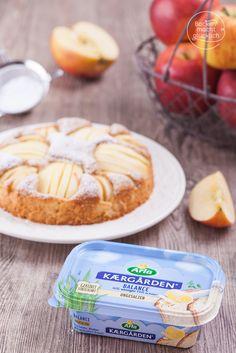 Versunkener Apfelkuchen mal leicht: dieses fettarme  Apfelkuchen-Rezept ist mit Dinkelvollkornmehl, weniger Zucker und viel Obst gebacken. Sehr saftig, sehr fruchtig!| www.backenmachtgluecklich.de