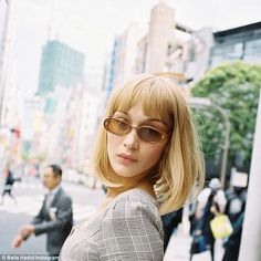 Meet Rebekka Harajuku, the blonde alter ego of Bella Hadid who first surfaced over the weekend. Toni Garrn, Anja Rubik, Bella Hadid Estilo, Hadid Instagram, Isabella Hadid, Bob With Bangs, Bob Bangs, Blonde Bob With Fringe, Blonde Bangs