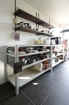ホームセンターなどでも気軽に手に入るスチールラック。既製品で目にすることが多いオープンタイプのスチールラックは、使いやすさとインテリアに合わせやすいという点が… Kitchen Rack, Studio Kitchen, Kitchen Shelves, Kitchen Dining, Muji Home, Dirty Kitchen, Bakery Interior, Stainless Kitchen, Simple Furniture