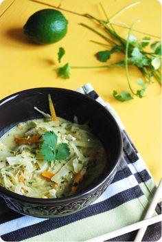 Recette de chou et carotte avec une sauce au curry et au lait de coco. Le tout accompagné de vermicelles de riz. Une autre façon de cuisiner le chou !