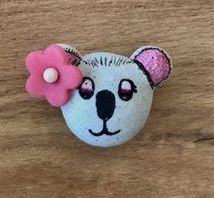 Essai de coques de macaron à la meringue française en forme de koala. J'ai utilisé des stylos et colorants alimentaires pour le dessin. La décoration c'est une fleur en pâte d'amande (massepain). Le macaron est garni d'une ganache au chocolat noir. Colorants, Meringue, Decoration, Macarons, Children, Bun Hair, Marzipan, Pens, Almond