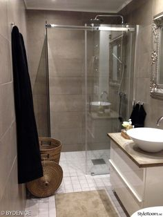 Badrum med stora kakelplattor i betong/beige ton Wc Bathroom, Bathroom Design Small, Bathroom Inspo, Bathroom Inspiration, Bathroom Ideas, Bad Inspiration, Kabine, Dream Bathrooms, Scandinavian Interior