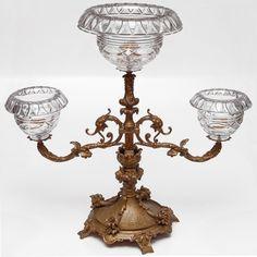 Centro de mesa floreiro composto de rica base em bronze, com três centros de cristal Baccarat lapidado com bordas dobradas. França. Séc. XIX. 62 x 66 cm. Base R$7.000,00 10.000,00