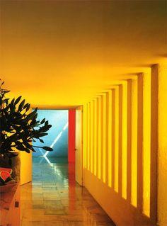 Le Case di Luis Barragán Nel 1976Barragán costruisce Casa Gilardi nella colonia Tacubaya di Città Del Messico. Considerata il suo testamento architettonico per la sapiente distribuzione degli spazi e il sublime uso di texture e colori, questa residenza è un cameo