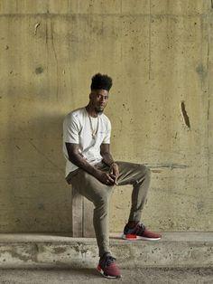 Calça Marrom, Camiseta Lisa Branca, Macho Moda - Blog de Moda Masculina: Looks Masculinos com Adidas NMD, pra inspirar!