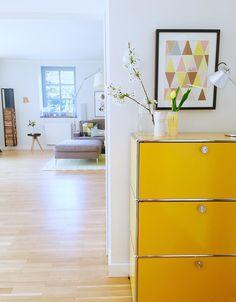 Die schönsten Poster in echten Wohnungen  #poster #interior #deko #decor #inneneinrichtung #dekorationsideen #yellow #livingroom Foto: Süssken SONNENGELB!