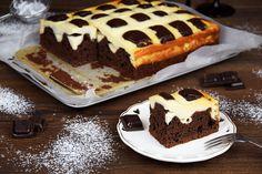 Lubisz mocno czekoladowe ciasta? Muszę przyznać, żeja je naprawdę uwielbiam! Przygotowałam ciasto, które rzuciło mi się woczy już jakiś czas temu, amianowicie Poduszkowiec. Składa się zlekko wilgotnego ciasta czekoladowego (coś pomiędzy murzynkiem, abrownie) orazkratki najego wierzchu stworzonej zsera. Jego wykonanie jest niesamowicie łatwe, afilmik instruktażowy, którywykonałam będzie dla Was jeszcze większym ułatwieniem. Dotego pysznego ciacha …