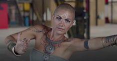 Belleza con un 100% de control muscular de fondo en el Interdimensional Temple dance de Imaya.