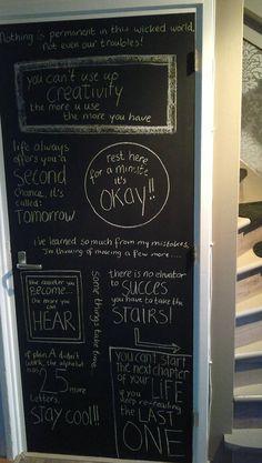 zoek wat teksten die je mooi vindt en schrijf ze op een deur die met schoolbordverf berwerkt is, grappig om te zien en gesprekstof voor je bezoek!