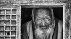 Un vieux moine, ancien maître de chant du monastère de Shéchèn. Tibet oriental, juin 2010.